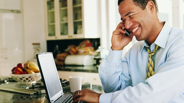 telefonda konuşan adam