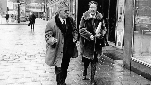 Sartre y de Beauvoir caminando por la calle.