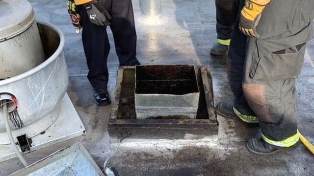 Bombeiros pensam na melhor estratégia para resgatar homem da chaminé