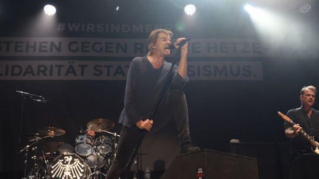 독일의 전설적인 펑크록 밴드 디 토튼 호젠도 켐니츠에서 열린 반인종주의 공연에 참가했다