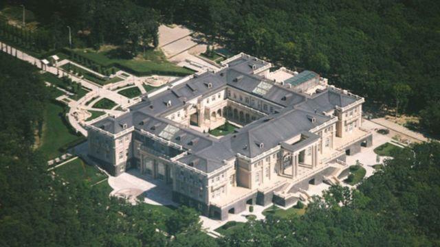 Дворцовый комплекс расположен в Краснодарском крае, под Геленджиком
