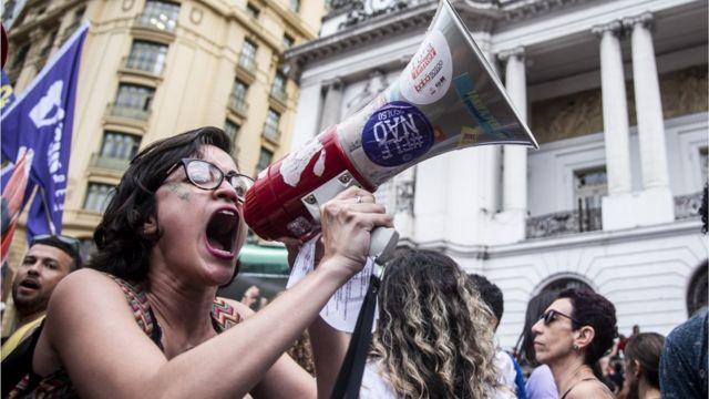 Mujer protesta contra Bolsonaro