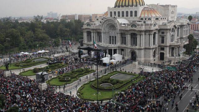 Admiradores de Juan Gabriel en Bellas Artes