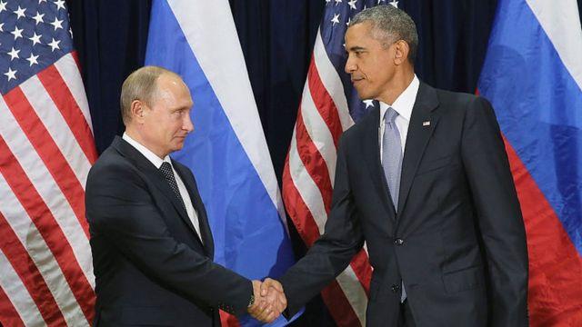 يتصافح بوتين وأوباما خلال اجتماع ثنائي في مقر هاو