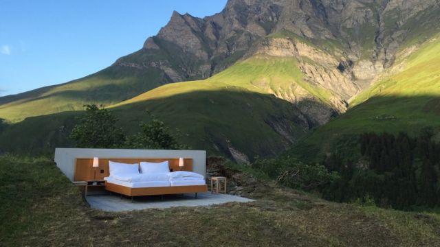 """Hotel """"cero estrellas"""" sin techo ni paredes en los Alpes Suizos"""