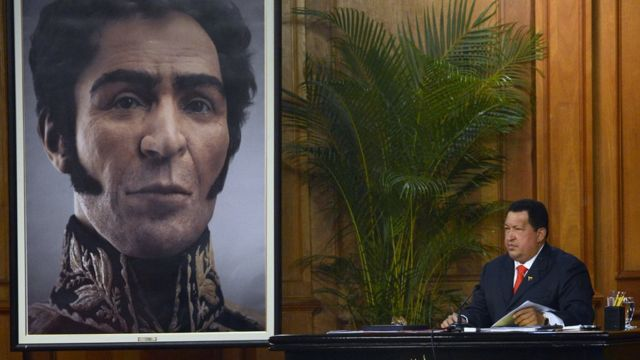 Chávez e quadro com rosto de Simón Bolívar.