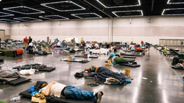 """ساکنان پورتلند آمریکا در جریان موج اخیر گرما به """"مراکز خنک کننده عمومی"""" هجوم بردند"""