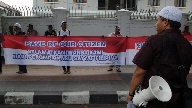 Aksi solidaritas sejumlah WNI di depan Kedubes Filipina, tahun 2016, setelah bermunculannya kasus penculikan terhadap pelaut dan nelayan WNI oleh berbagai kelompok bersenjata Filipina Selatan, khususnya kelompok Abu Sayyaf.