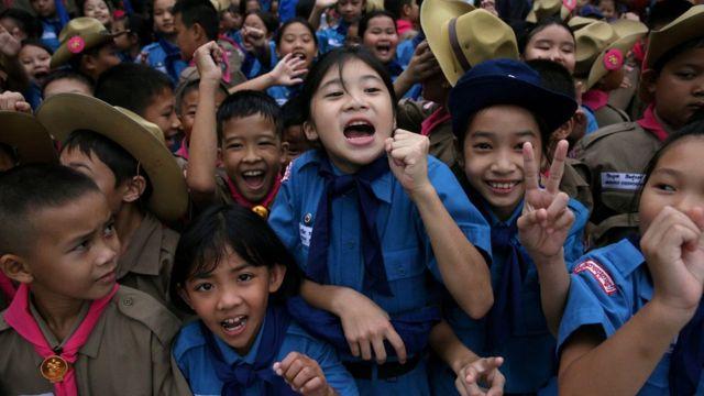 Estudantes tailandeses festejam resgate dos meninos