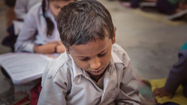 Niño en una escuela rural de la India.