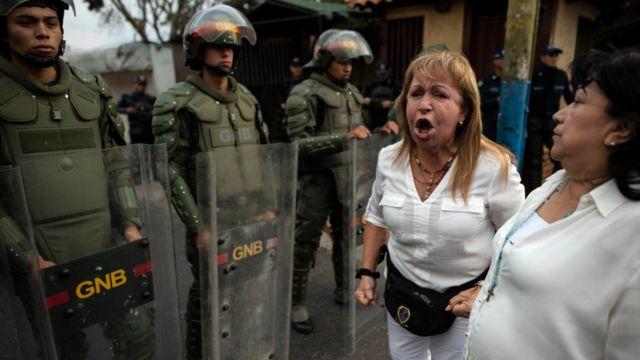 Сторонники оппозиции на границе с Колумбией требуют от солдат пропустить грузовики с гуманитарной помощью