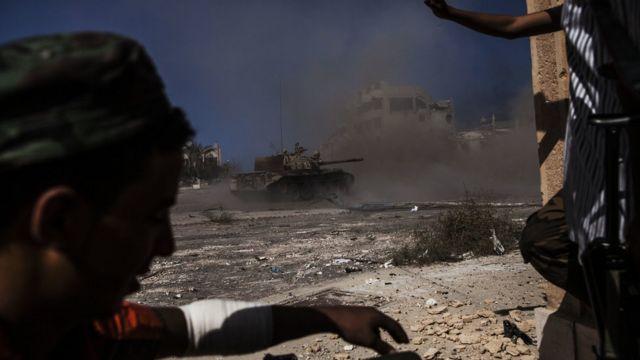 دبابة تطلق قذيفة خلال اشتباكات سابقة في العاصمة الليبية طرابلس