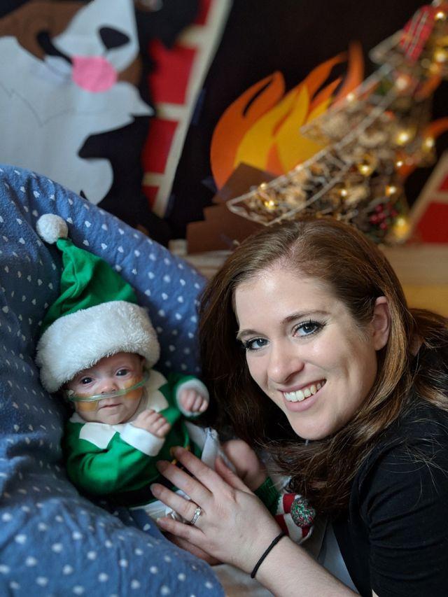 Connor fantasiado de duende para o Natal de 2018, ao lado da mãe