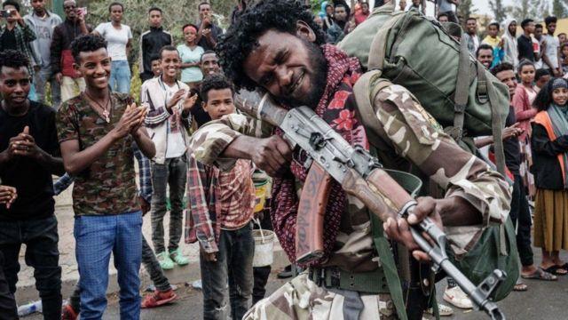 مقاتل تيغري يستعرض مهاراته في تصويب السلاح أمام مواطنين مبتهجين في تيغراي