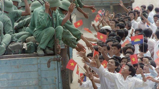 Người dân Campuchia vẫy tay chào binh lính Việt Nam rời Campuchia vào tháng 9/1989, kết thúc 11 năm Việt Nam đóng quân ở đất nước này.