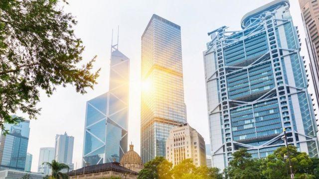 ناطحة السحاب التي يحتلها بنك الصين وبين مبنى بنك إتش إس بي سي المجاور