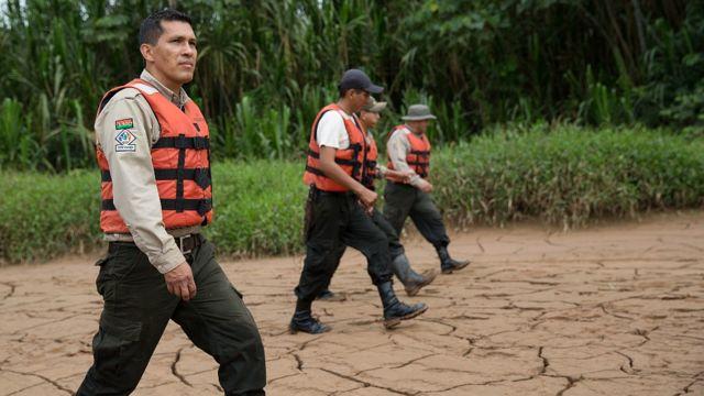 Marcos Uzquiano con otros guardaparques en el Parque Nacional Madidi
