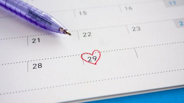 Une date sur un agenda, marquée d'un coeur rouge