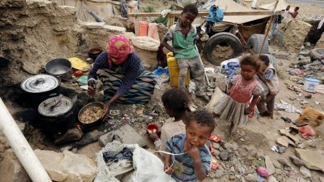 یک اردوگاه جنگزدگان یمن در حومه صنعا که جیزه خوراک روزهانه خود را از سازمان ملل متحد دریافت میکنند