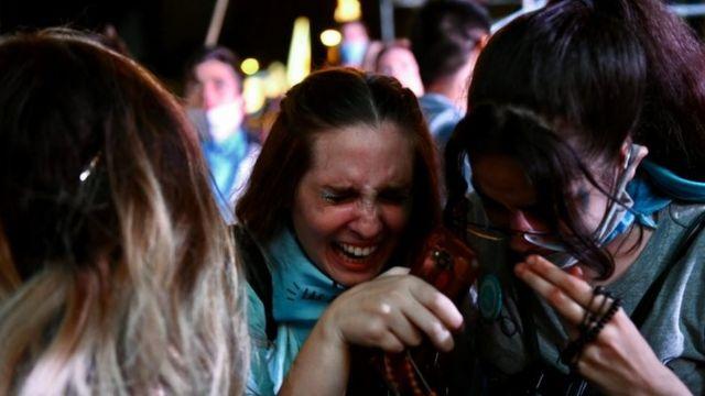 Chicas opuestas al aborto lloran tras la aprobación de la nueva ley