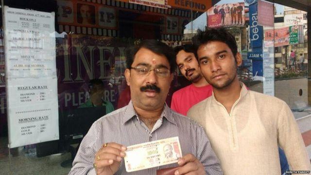 सिनेमा घरों में 500 के नोट के बदले टिकट नही मिले.