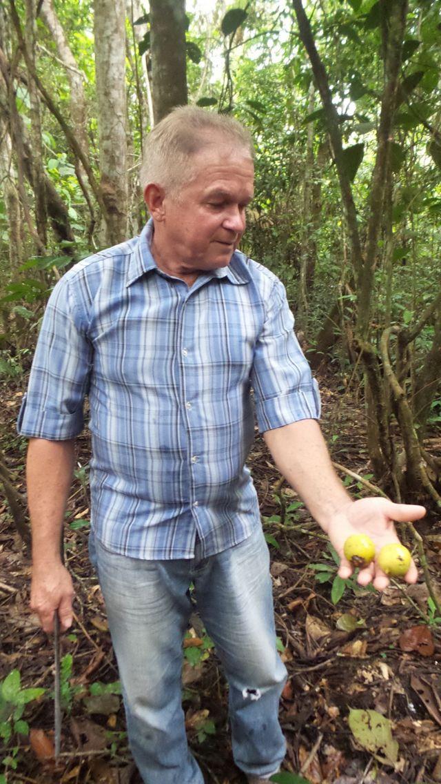João do Mel com tucumã nas mãos