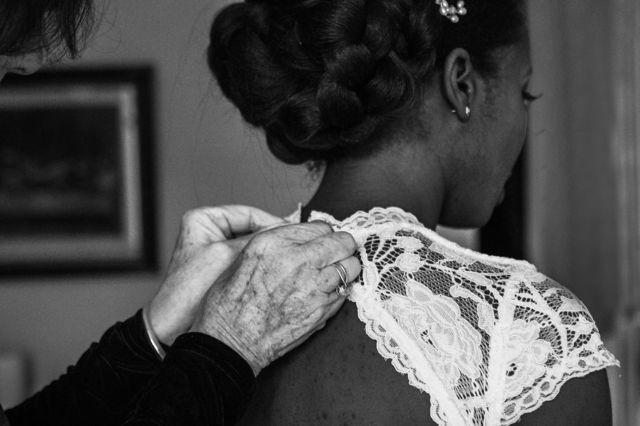 Jewel de costas, vestida de noiva