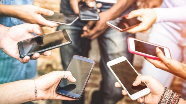 Pessoas segurando celulares