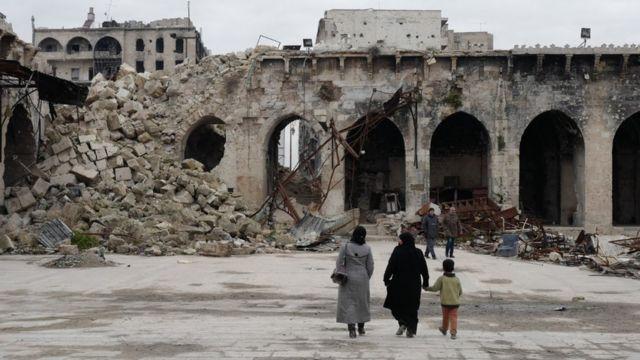 Civiles entre edificios destruidos