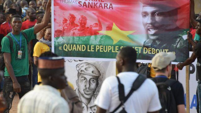 """Des manifestants ont marché dans les rues de Ouagadougou et ont demandé """"justice et vérité"""" pour Thomas Sankara ainsi que pour ses douze collaborateurs."""