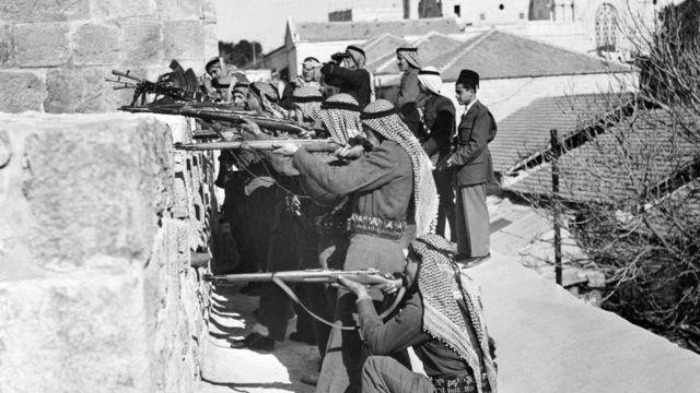 ১৯৪৮ সালের যুদ্ধের সময় আরব মিত্র বাহিনীর সৈন্যরা ইহুদী মিলিশয়া বাহিনী 'হাগানাহ' অবস্থান লক্ষ্য করে গুলি চালাচ্ছে।