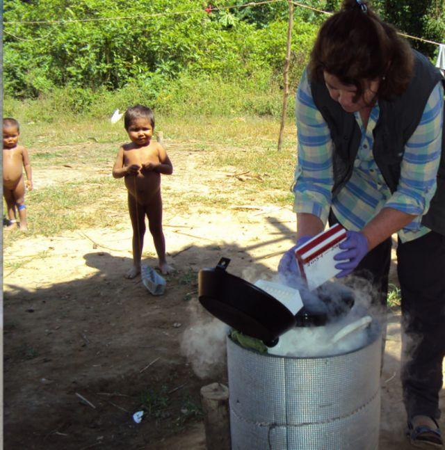 María Gloria Domínguez com crianças indígenas