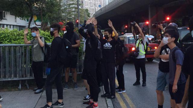 """下午6时55分,有示威者抵达中联办,高举双手并用普通话说:""""我们不会进来的。"""""""