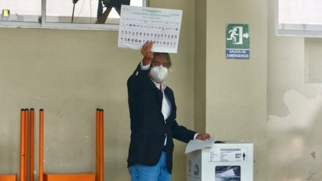 Guillermo Lasso votando