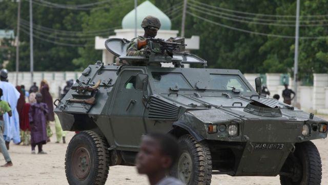 جندي نيجيري على متن آلية عسكرية