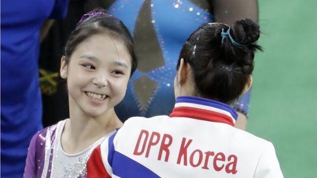 女子体操の予選段階で顔を合わせた両選手(7日)