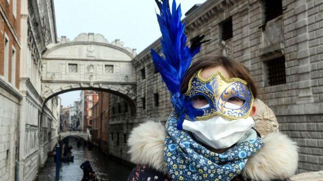 Mulher com máscara de Carnaval em Veneza