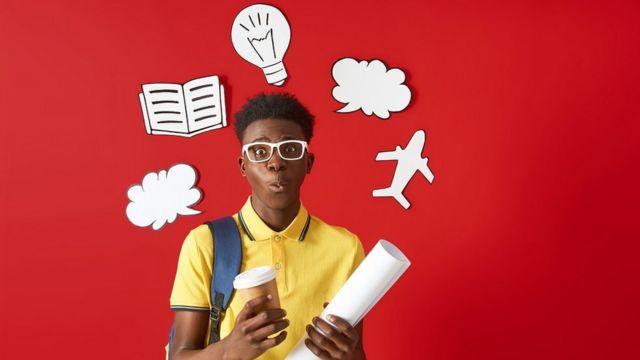 Image conceptuelle : un jeune homme, avec un t-shirt jaune, des lunettes blanches, tenant une tasse de café et un rouleau de papier. Le fond est rouge, et il a une idée et des bulles de pensée autour de sa tête.