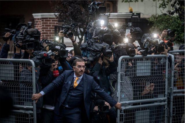 مصورون خارج القنصلية السعودية