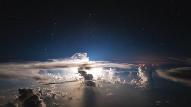 Nubes blancas sobre un cielo azul oscuro