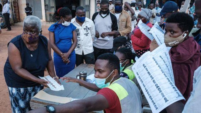 Des électeurs font la queue dans un bureau de vote à Kampala, en Ouganda.