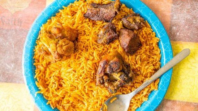 Ce plat classique de riz cuit dans une sauce savoureuse à base de tomates est populaire dans toute l'Afrique de l'Ouest.