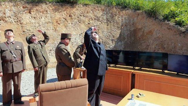 Ким наблюдает за испытаниями нового оружия