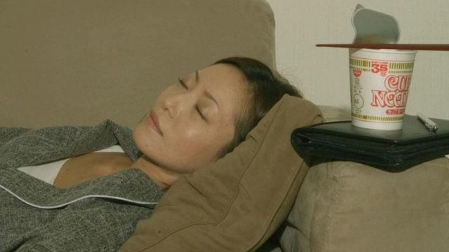 yemekten sonra uyuyan kadın
