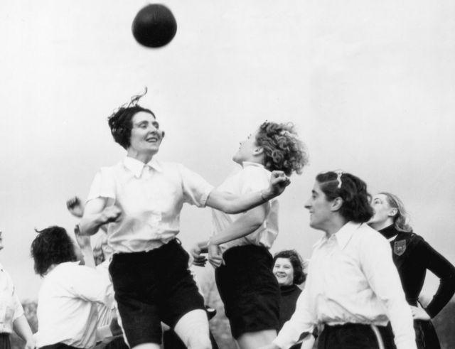 Футболчу кыз-келиндер машыгуу учурунда. 1939-жылы тартылган сүрөт.