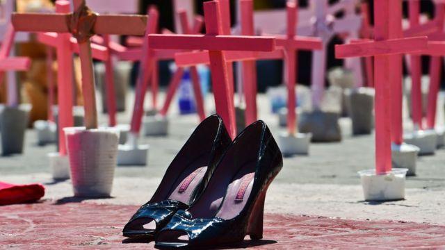 Zapatos con cruces atrás