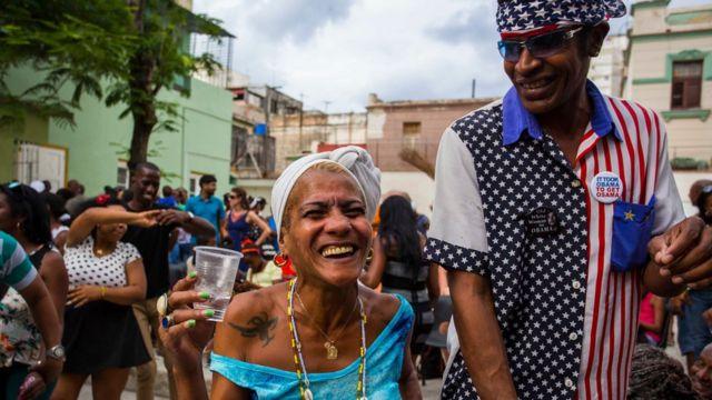 Abanya Cuba babiri bamwenyura igihe bitabiraga imbyino ya rumba ya buri cyumweru i Havana, muri Cuba ku wa Gatandatu 19/03/2016