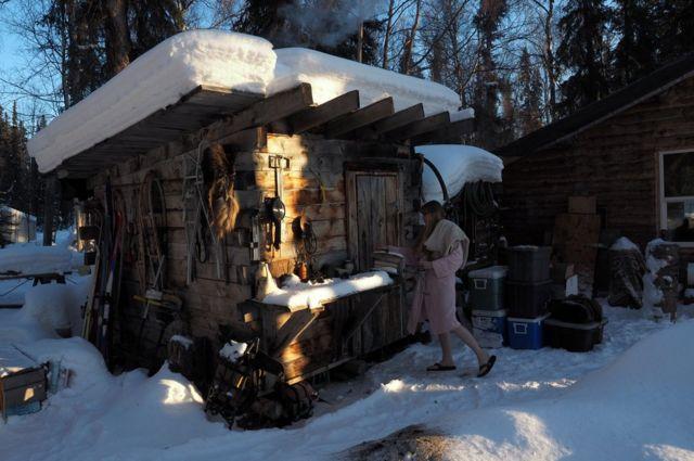 Romey afuera de la cabaña