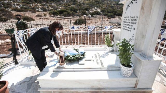 Yunanistan Cumhurbaşkanı Ekaterini Sakellaropoulu adadaki anıta çelenk bıraktı