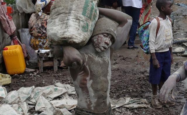 Ụmụnwoke na-arụ ọrụ ebe a na ewu ụlọ n'obodo Goma, isi obodo ugwu Kivu dị na mpaghara ọwụwa-anyanwụ nke mba Democratic Republic nke Congo ụbọchị anọ nke Epreelụ 2018.